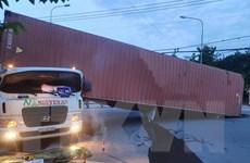 Bình Dương: Lật xe container, tài xế mắc kẹt tử vong trong cabin