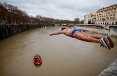 Italy: Nhảy từ trên cầu xuống sông để...mừng năm mới