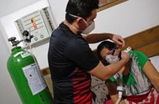 Brazil: Chuyện vị bác sĩ cứu sống mẹ mắc COVID-19 thể nặng ngay ở nhà