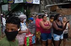 Brazil: Người dân Rio xếp hàng dài chờ nhận bữa ăn miễn phí