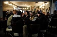 Dân Anh đua nhau tới cửa hàng ăn uống sau khi được nới phong tỏa