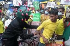 Chàng trai Ấn Độ hóa trang thành virus nhắc người dân đeo khẩu trang
