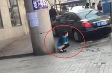Trung Quốc sốc với cảnh người phụ nữ đại tiện ngay trên phố