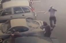Kinh hoàng trước cảnh người đàn ông bị bắn gục trong xe ôtô