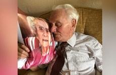 Xúc động cảnh ông lão 94 tuổi ôm chiếc gối in hình người vợ quá cố