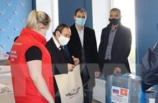 Nga: Người Việt ở Irkutsk tặng khẩu trang cho chiến dịch tình nguyện