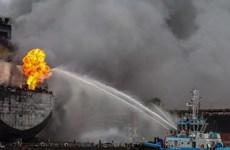 Cháy tàu chở dầu tại cảng Indonesia, một số công nhân mất tích