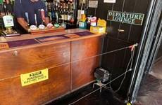 Quán rượu ở Anh chăng hàng rào điện để thực hiện giãn cách xã hội