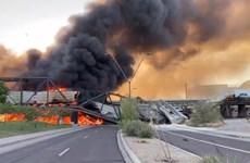 [Video] Đoàn tàu chở hàng bốc cháy dữ dội, làm sập cầu tại Mỹ