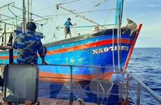 Cứu nạn thành công tàu đánh cá Phú Yên hỏng máy ở Trường Sa