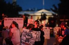 Người biểu tình tụ tập ngoài Nhà Trắng trước khi ông Trump phát biểu