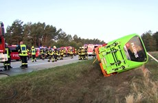 Đức: Xe khách lao khỏi đường cao tốc, hàng chục hành khách bị thương