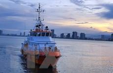 Tiếp nhận, đưa 4 ngư dân bị chìm tàu trên biển vào bờ an toàn