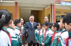 Phó Chủ tịch Quốc hội thăm, tặng quà tại huyện Lục Yên, Yên Bái