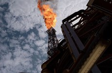 Vắcxin COVID-19 và vụ tấn công tàu đẩy giá dầu Brent vượt 50 USD/thùng