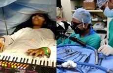 [Video] Ấn Độ: Bé gái 9 tuổi vừa phẫu thuật não vừa chơi đàn, ca hát