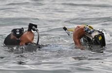 Các thợ lặn tìm thấy chiếc lốp và nhiều mảnh vỡ của máy bay rơi
