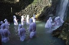 """Khám phá nghi lễ """"thiền định"""" dưới thác nước đầu năm mới ở Nhật"""
