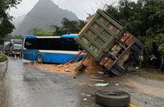 Hòa Bình: Xe khách đấu đầu xe tải làm 3 người chết, 1 người bị thương