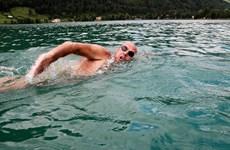 """""""Kình ngư"""" người Italy phá kỷ lục bơi 20km ở hồ Titicaca lạnh giá"""