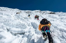 Đỉnh Everest đón các nhà leo núi nước ngoài đầu tiên sau 1 năm