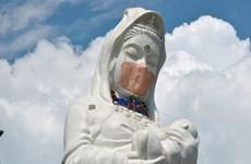Tượng Phật Bà khổng lồ ở Nhật Bản được đeo khẩu trang