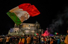 [Video] Cổ động viên Italy đổ ra đường ăn mứng chức vô địch EURO 2020