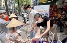 [Video] Tranh cãi chuyện phát cơm từ thiện cho người sơn móng tay