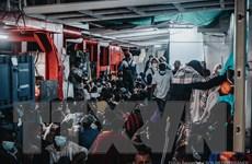 Giải cứu hơn 700 người di cư lênh đênh trên Địa Trung Hải