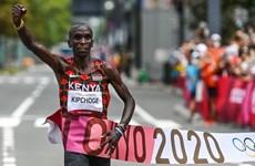 Kỷ lục gia Eliud Kipchoge bảo vệ thành công HCV marathon