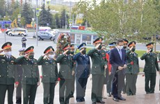 Đoàn đại biểu cấp cao QĐND Việt Nam đặt hoa tại Tượng đài Bác ở Moskva