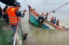 Biên phòng Bến Tre đưa 8 thuyền viên gặp nạn trên biển vào bờ an toàn