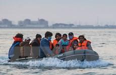 Anh giải cứu hơn 1.000 người tìm cách vượt eo biển Manche trong 2 ngày