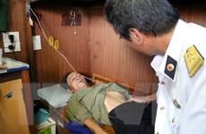 Quảng Nam: Đưa ngư dân bị tai nạn trên biển vào đất liền an toàn