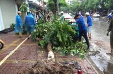 """Thanh niên Hà Nội """"xắn tay"""" dọn dẹp đường phố trong mưa bão"""