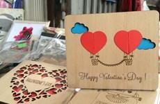 """Thiệp gỗ thông minh chạm trổ dành tặng """"nửa kia"""" dịp Lễ tình nhân"""
