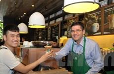 """Đắm mình trong không gian """"ngôi nhà"""" Starbucks đầu tiên tại Hà Nội"""