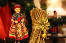 Độc đáo cây thông Noel được làm từ hàng trăm búp bê dân tộc