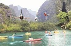Choáng ngợp với trải nghiệm đu dây mạo hiểm trên sông nước Quảng Bình