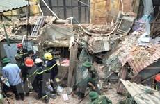 [Video] Nạn nhân vụ sập nhà cổ được giải cứu đưa ra xe cứu thương