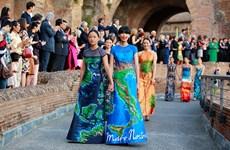 Bà Đại sứ Italy tại Việt Nam vui sướng khi được trình diễn áo dài