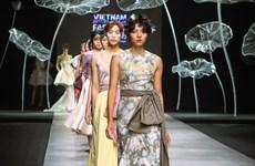 Bộ sưu tập đầm dạ hội sang trọng, bay bổng của nhà thiết kế Thái Lan