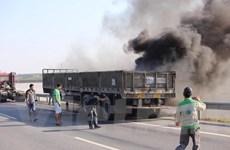 Cận cảnh xe tải bốc cháy ngùn ngụt trên cao tốc Hà Nội-Thái Nguyên