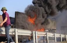 Xe tải bốc cháy ngùn ngụt trên đường cao tốc Hà Nội-Thái Nguyên