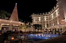 Độc đáo cây thông Noel được làm từ gần 1.300 chiếc nón lá