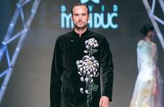 Quý ông phương Tây sành điệu trong tà áo dài truyền thống Việt Nam
