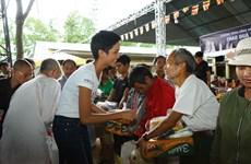 Hoa hậu H'Hen Niê trao quà thiện nguyện cho các hộ nghèo ở Lâm Đồng