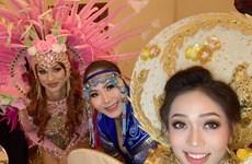Phương Nga trong hậu trường thi trang phục dân tộc với bạn bè quốc tế