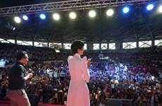H'Hen Niê xuất ngoại diễn thuyết trước hàng chục nghìn thanh niên
