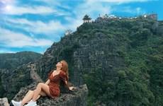 """Bạn gái Quang Hải khoe ảnh """"sống ảo"""" gợi cảm trên đỉnh Hang Múa"""